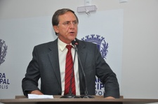 Antônio Gomide pede que Poder Executivo pague titulação aos servidores municipais