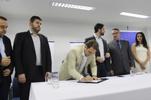 Câmara participa de assinatura de contratos que destinam R$ 68,7 mi para asfalto e galerias em oito bairros