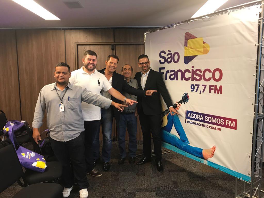 Câmara prestigia ato de lançamento de emissora de rádio que efetiva migração do AM para FM