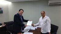 Domingos entrega ao prefeito pedido de ampliação de horários nas unidades de Saúde