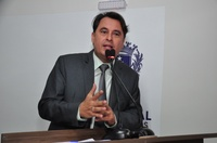 Jean Carlos comemora reforma e cobertura da quadra poliesportiva da Escola Walter Beze