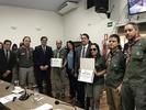 Jean Carlos entrega Certificado de Honra ao Mérito ao Grupo de Escoteiros Bernardo Sayão