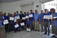Jean Carlos homenageia funcionários da serralheria e da limpeza de bocas de lobo