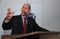 João Feitosa comemora implantação de postes em via que liga Jaiara ao Guanabara