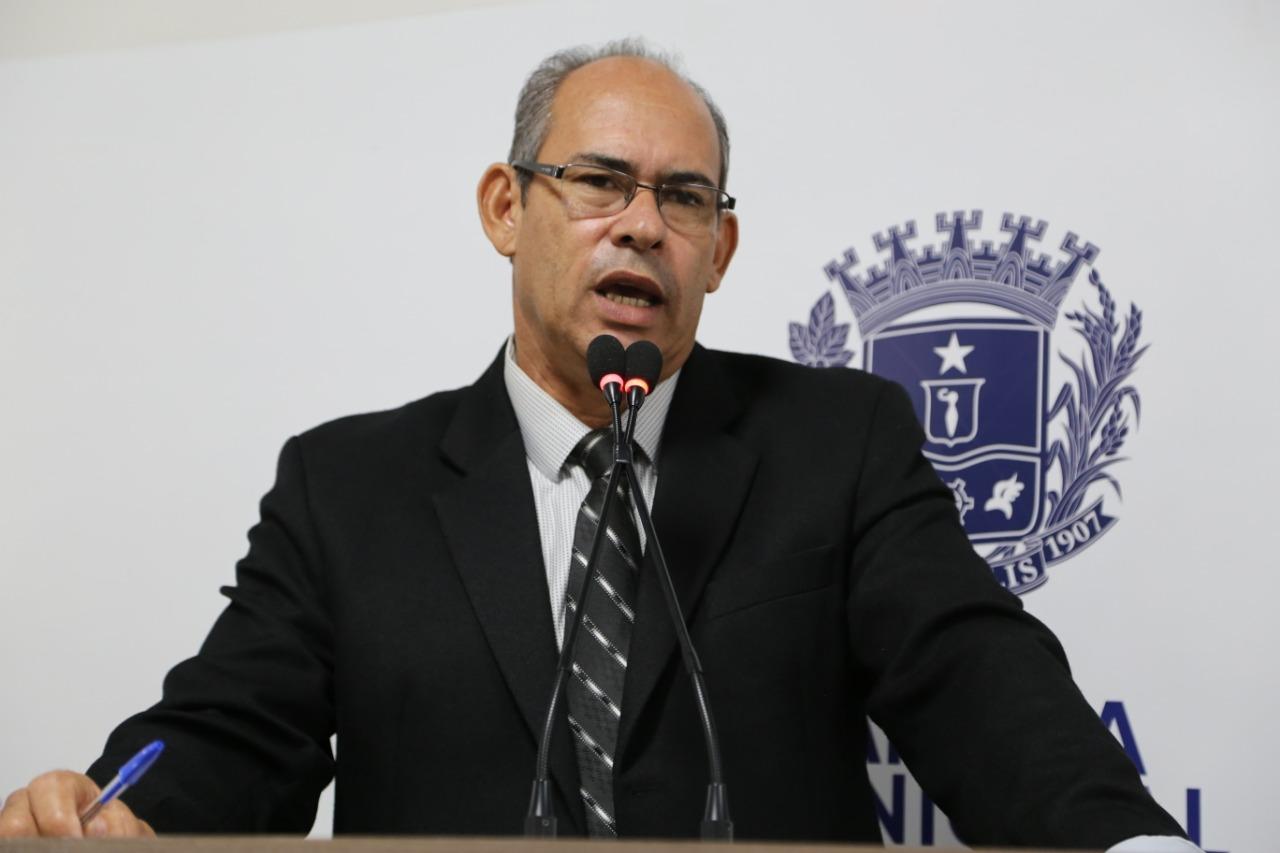 João Feitosa lembra projeto sobre retirada de fios não utilizados nos postes de energia