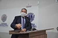 Pastor Elias Ferreira apresenta provas na tribuna de que não foi contra projeto do Politec