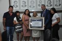 Pastor Elias Ferreira entrega Moção de Aplauso a centenária Dona Luzia Sousa Neta Manari