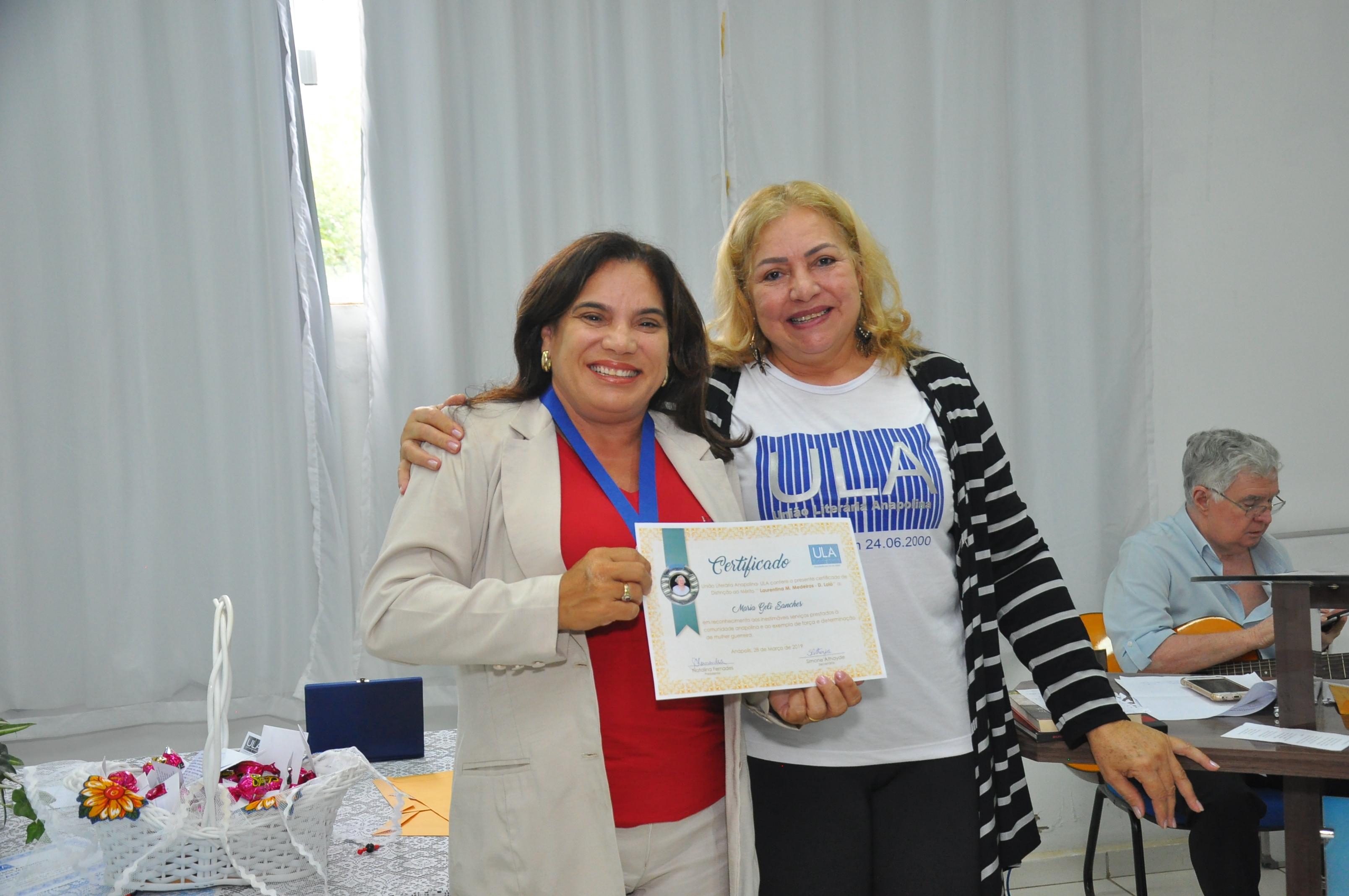 Professora Geli recebe Certificado de Distinção de Mérito da União Literária Anapolina