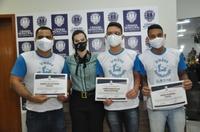 Thaís Souza entrega Moção de Aplauso a voluntários do projeto Irmãos Invisíveis