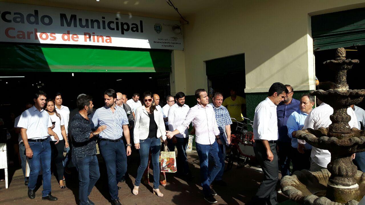 Vereadores acompanham ministros em visita ao Mercado Municipal